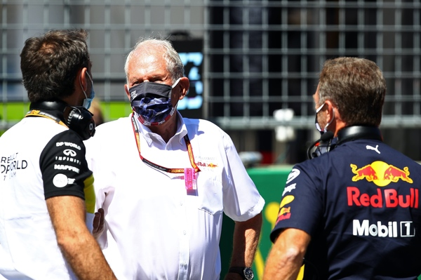 Helmut Marko (midten), Christian Horner (th) og Renault F1s teamchef Cyril Abiteboul (tv). Østrigs Grand Prix 2020.